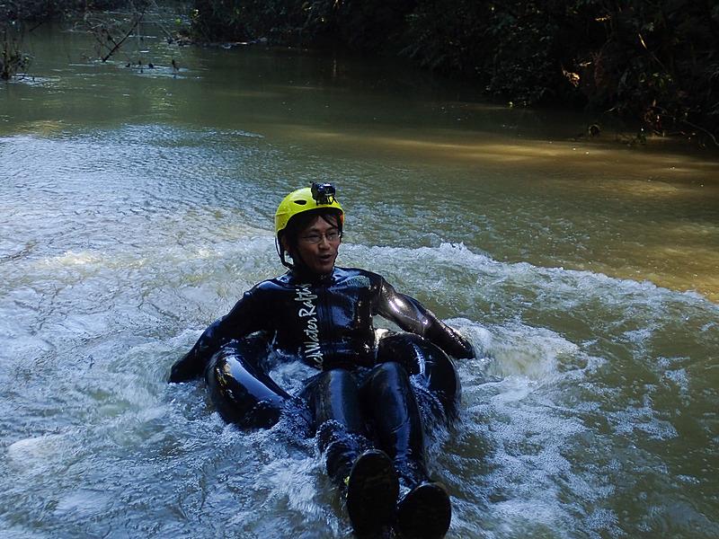 こちらは記者の練習風景。真剣な顔で真面目に練習しているように見えるが、単に余裕がないだけ(写真:The Legendary Black Water Rafting)