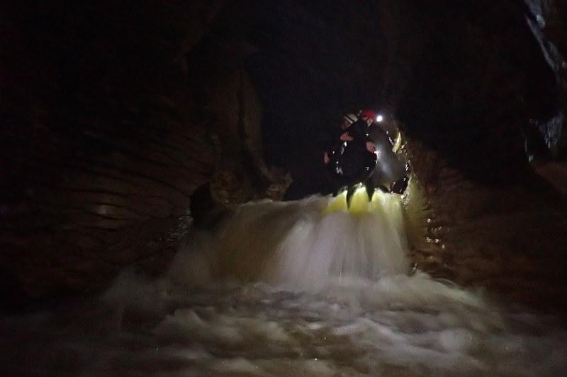 プカプカ浮かんでまったり進んだり、激しく水が流れる崖(段差は小さいが)を進んだり、緩急があって楽しい(写真:The Legendary Black Water Rafting)