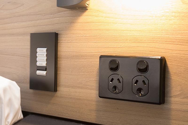 コンセントはベッドの両サイドに2口ずつあり、スマホやモバイルルーターを充電したい人に便利