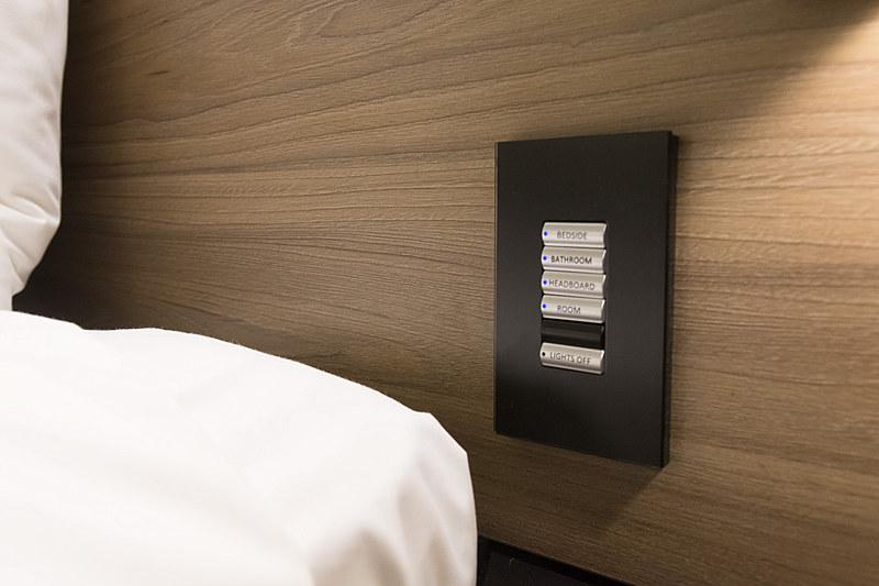 場所ごとにライトをオン/オフできるスイッチもベッドの両サイドに用意
