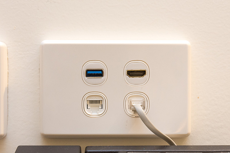 ワークデスクまわりは、コンセントのほかUSB充電端子や、テレビにつながっているHDMI入力端子など装備が充実
