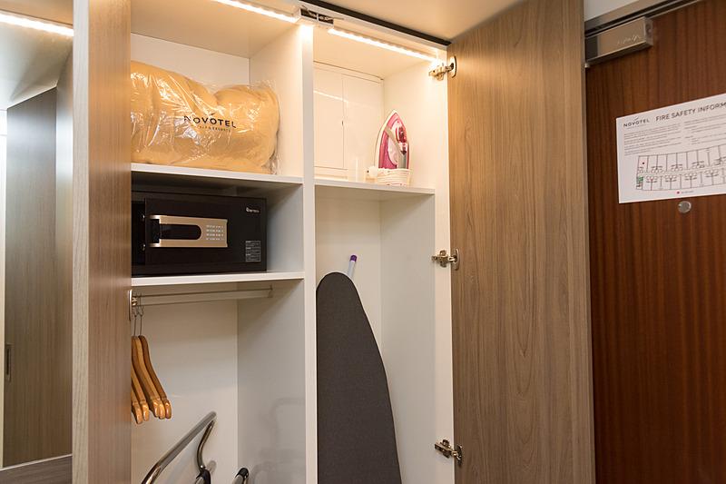 クローゼット内。セキュリティボックスや追加の毛布などのほか、アイロンとアイロン台も標準装備