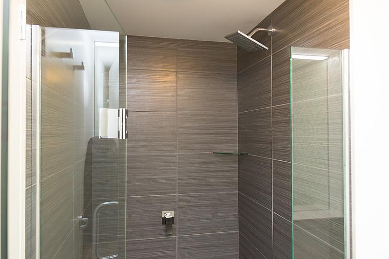 バスルームもシンプル。バスタブはなく、シャワーブースが用意されている