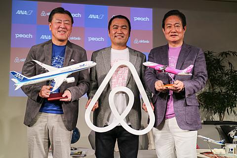 AirbnbがANA、ピーチとそれぞれ提携。「日本の旅を変える」旅行予約サイト開設。3000円分の宿泊クーポン提供も Airbnb Japan、ANA、ピーチはパートナーシップ契約を締結。11月6日から特設サイトをオープンした。写真左から全日本空輸株式会社 代表取締役 副社長 志岐隆史氏、Airbnb Japan株式会社 代表取締役 田邉泰之氏、Peach Aviation株式会社 代表取締役CEO 井上慎一氏