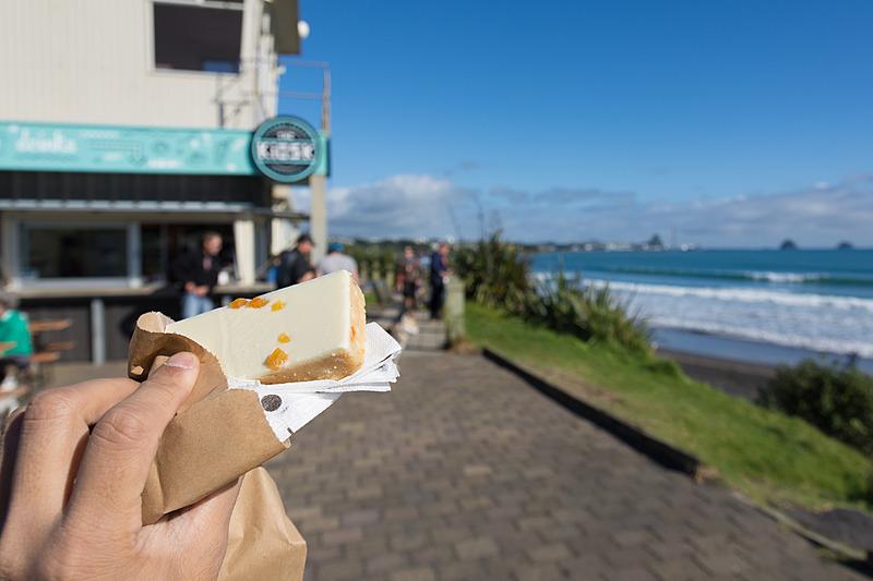 途中のサーフィンスポットにあったカフェでシトラスケーキ。歩いた体に染みる