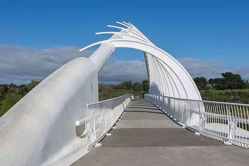 ↑が記者が撮った「テ・レワ・レワ・ブリッジ(Te Rewa Rewa Bridge)」。青空が広がる素晴らしい天気なのだが、タラナキ山の姿は拝めず。予定では↓のように見えるはずだった