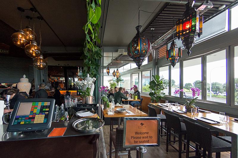 プケ・アリキの一角にある「アルボリオ・カフェ(Arborio Café)」。みんなリラックスした雰囲気で楽しんでいるお店。おしゃれな照明が目に留まる