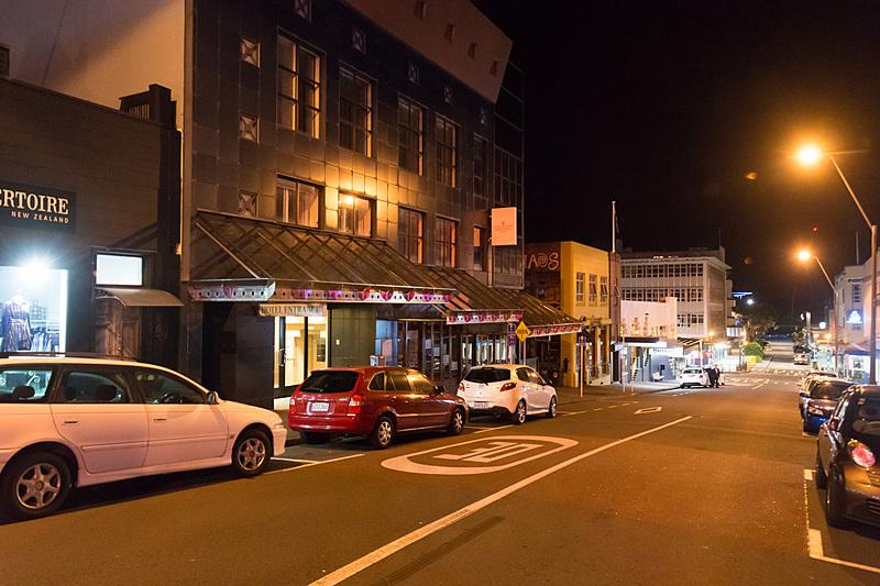 夜のニュー・プリマス。柔らかい街灯がよい雰囲気。