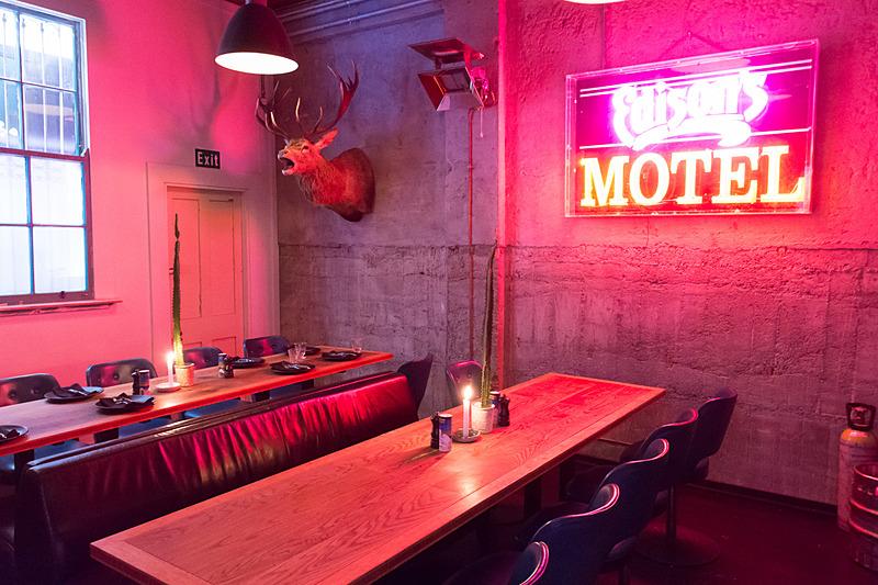 ディズプレイされているものにインパクトはあるが、お店全体の雰囲気は普通のレストランなのでご安心を