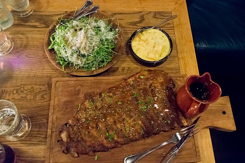 メインディッシュのほかに、イモでできたお餅のような食感のニョッキ(右上)とサラダ