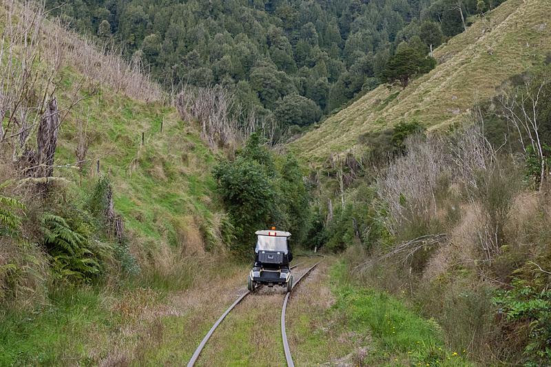 忘れられた世界の廃線を走るレールカートに乗車