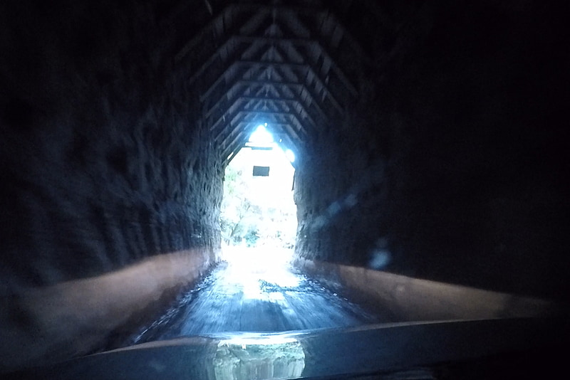 途中にある「モキ・トンネル」。クルマ1台分の幅しかなく不気味……もとい味のある空間だ。なお、下記のファンガモモナ・ホテル(Whangamomona Hotel)よりも先に行った場所にあるので紹介が前後していることは注記しておく