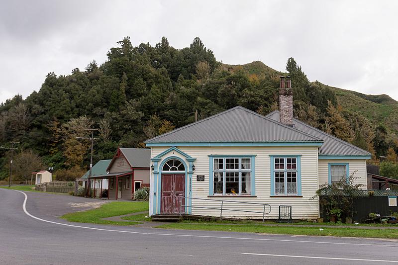 こうした古くてかわいい木造建築物が並ぶ。ヒツジを飼っている家も