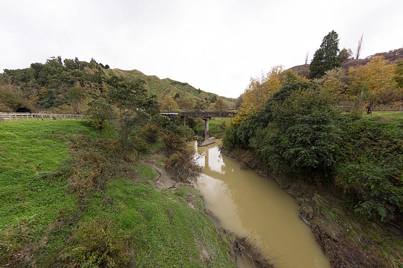 街の脇を流れるファンガモモナ川と、その川をまたぐフォーゴットン・ワールド・ハイウェイの橋
