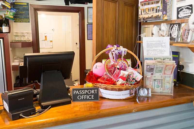 ホテルのカウンターに「パスポートオフィス」。2ニュージーランドドル(約160円)で、自分のパスポートにスタンプを押してもらえる