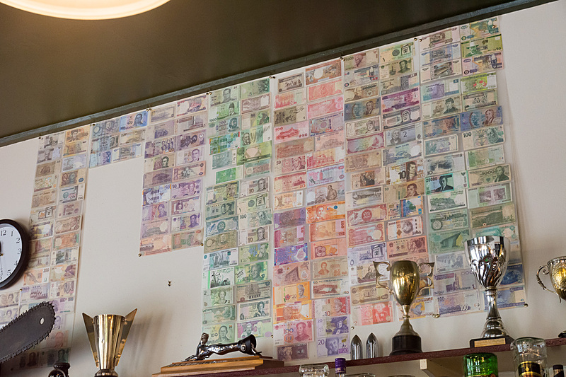 昔ながらの風情をそのまま残す館内。国交の象徴だろうか、さまざまな国の紙幣が壁に貼られているのも印象に残った