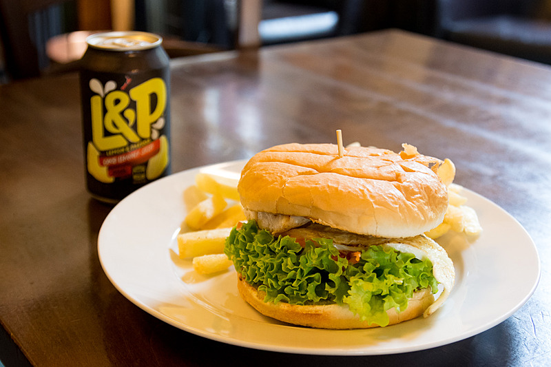 ビーフパティにベーコンやチーズなどをはさんだ「Whanga Burger」。飲み物はニュージーランドといえばコレ!の炭酸ドリンク「L&P」