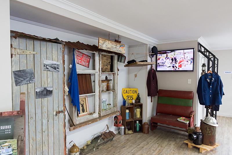 事務所には廃線になる前に使われていた鉄道グッズが飾られている