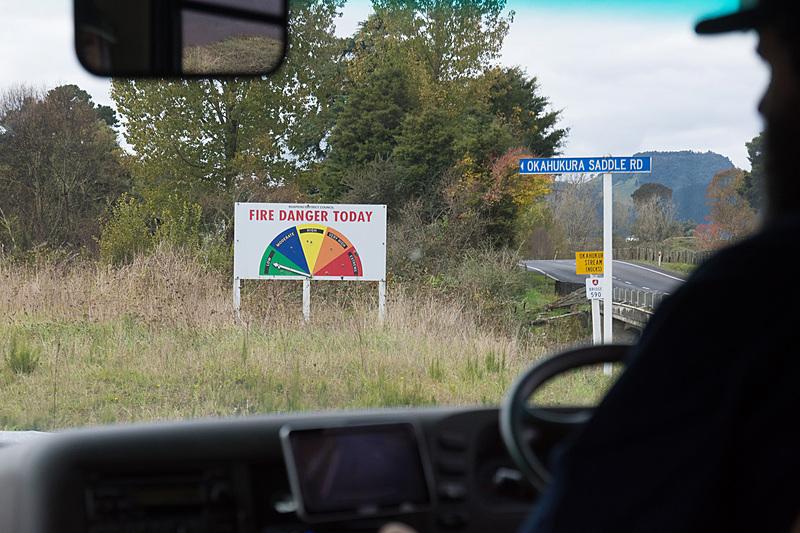 バスでレールカート/レールバイクのスタート地点まで移動。途中、山火事の危険度を表わす標識も