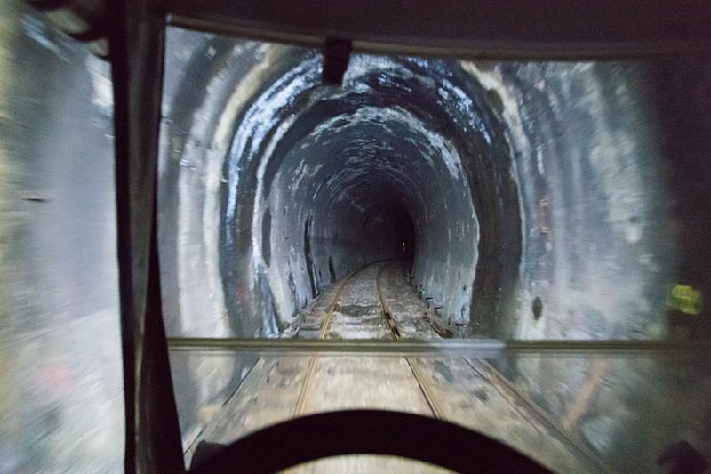 小さなトンネルも雰囲気たっぷり。少しひんやりしているのも気持ちよい