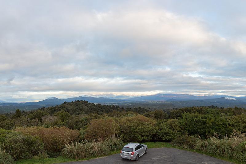 このあたりにトンガリロ国立公園の山々がある……ハズ