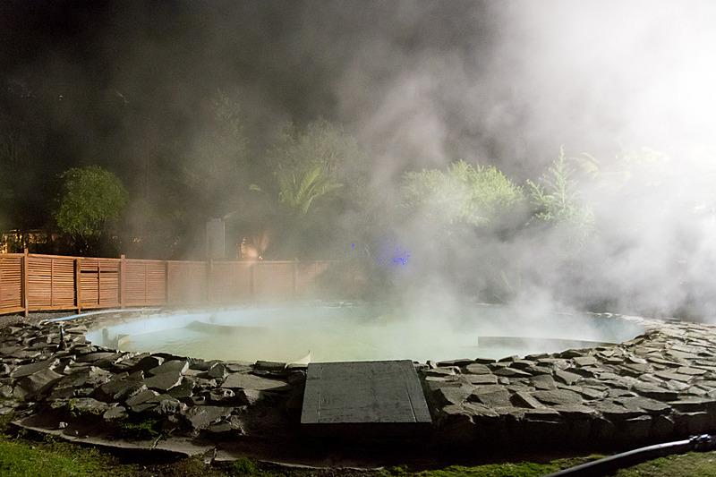 通常は非公開のエリアを特別に見せてもらった。源泉から引いてきたお湯を、まず噴水のようにして外気に触れさせて冷やしたあと、攪拌できるプールでさらに適切な温度に冷やしていく