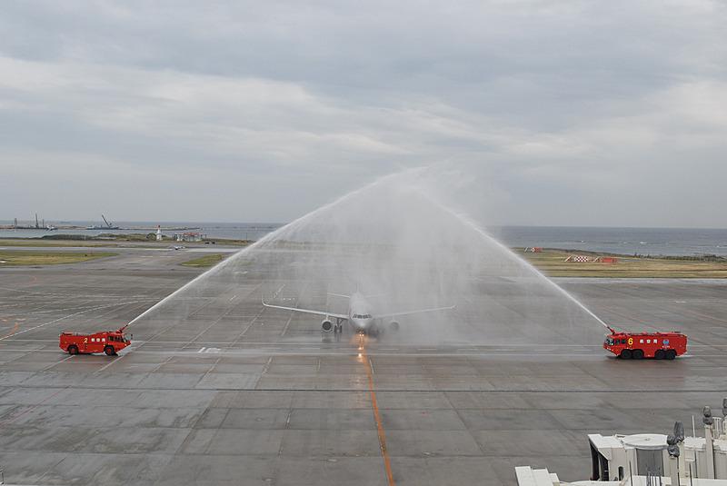 初便が那覇空港に到着。放水アーチで出迎えた