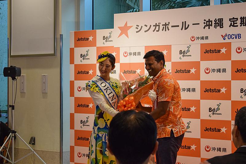 町田満彩智さんからジェットスター・アジア航空 CEO バラタン・パスパティ氏へ花束が手渡された
