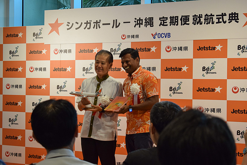 沖縄観光コンベンションビューロー 専務理事 前田光幸氏(左)とバラタン・パスパティCEOが記念品を交換