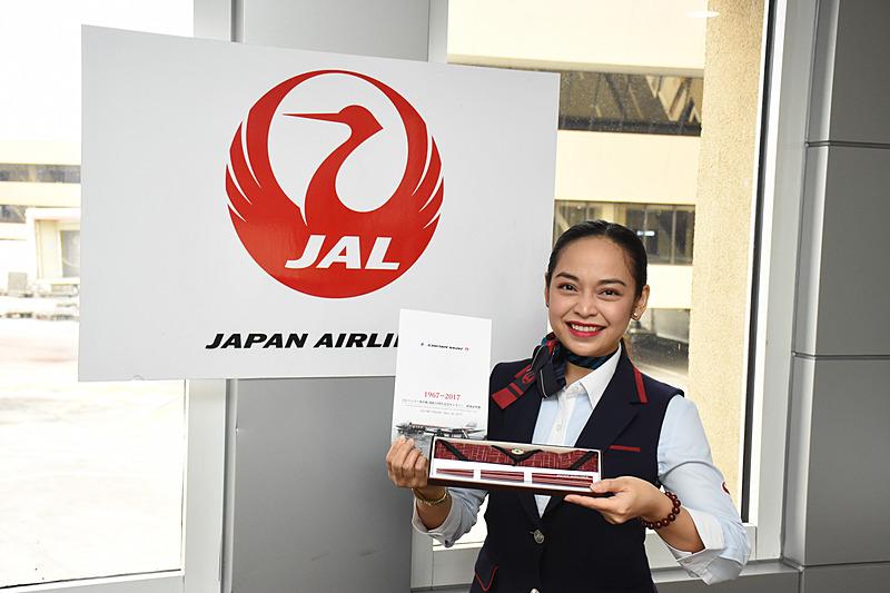 搭乗客には搭乗証明書と刻印入りの箸、箸袋がプレゼントされた