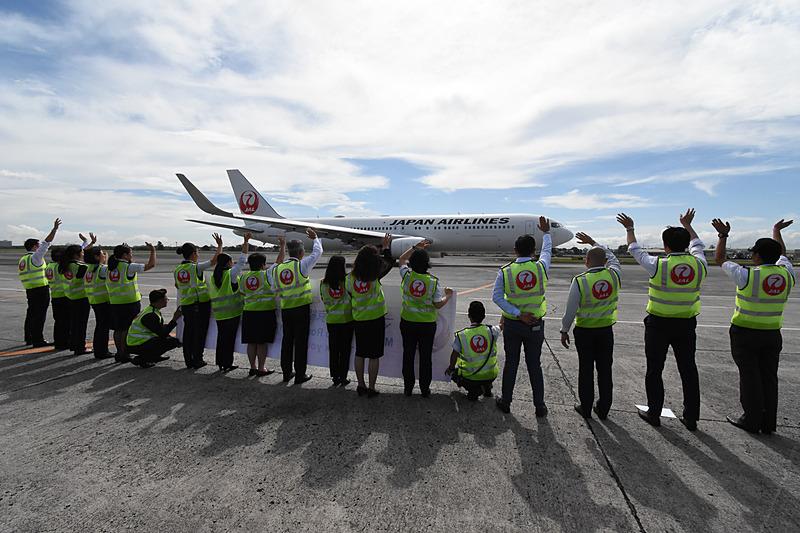 藤田副社長と現地スタッフが手を振ってJL746便を見送った