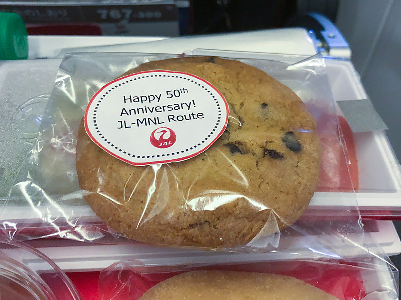 50周年記念を示すシールを貼ったクッキー(エコノミークラス)