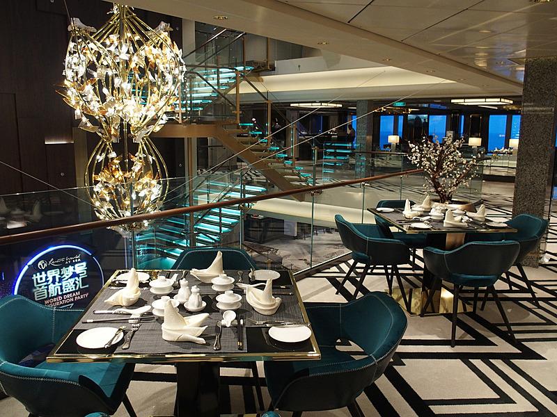 階段吹き抜けのある中央を含む両舷一杯がレストランエリアになる