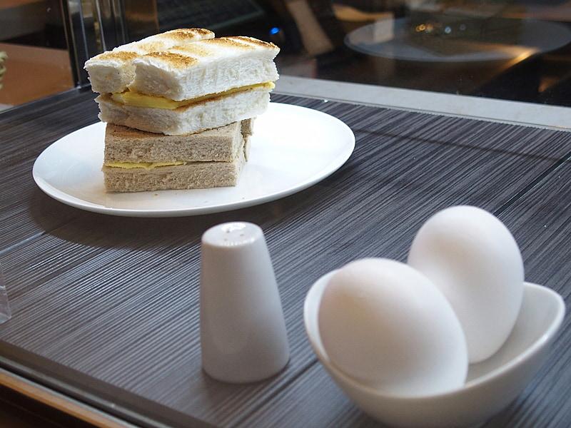 トーストセットはパンのみ、もしくは、卵付きが選べる