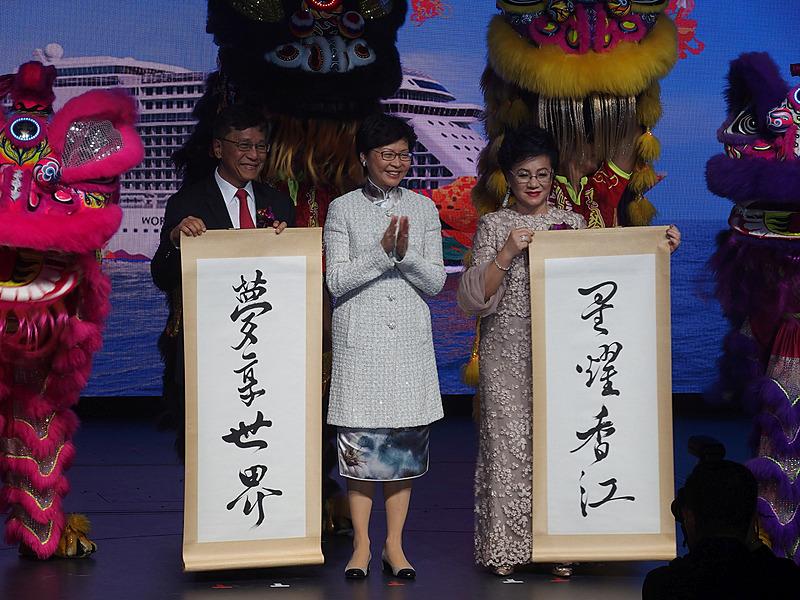 船名を記した掛け軸とThay氏、Yuet-ngor氏、Lim氏が並ぶ