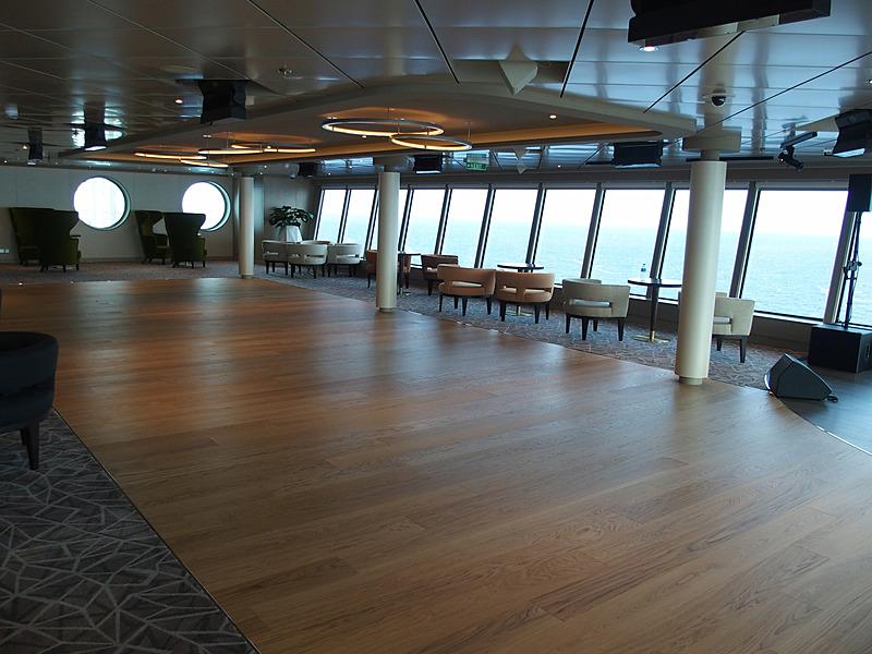 左舷側に用意したダンスフロア