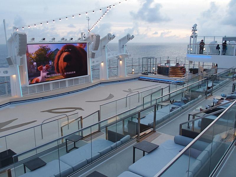 Zouk Beach Clubでは夕方までファミリー向け映画を上映している