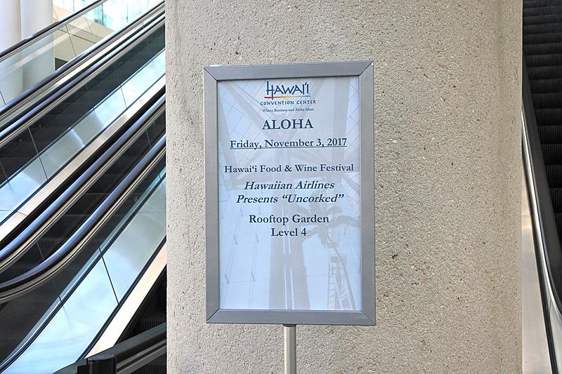 館内に入ると長いエレベータがあり、こちらを使って会場へと移動する
