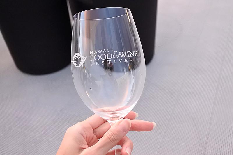 1人1個ずつ入場する際にロゴ入りのワイングラスが手渡される