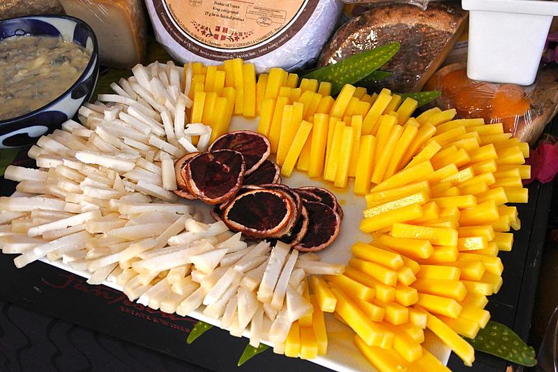 あふれるほどのチーズが揃っており、一口サイズでそれぞれ味わうことができる