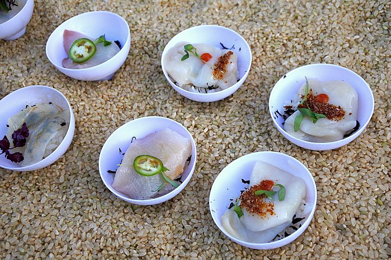 ハマチやホタテ、いくら、そしてオナガなどをふんだんに使ったワンカップ寿司は大人気