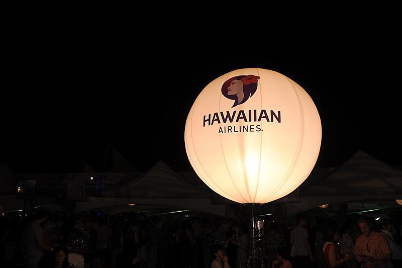 会場を照明用のハワイアン航空のロゴ入りバルーンが照らす
