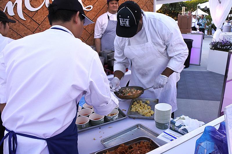 未来を担う若手が厨房にてシェフの技術を間近で見ながらアシスタントとして活躍&勉強の場としても機能している