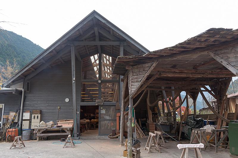 名栗湖のほとりにある名栗カヌー工房。広い屋内には製作途中の木製カヌーや家具などが並んでおり、木に囲まれた空間が心地よい