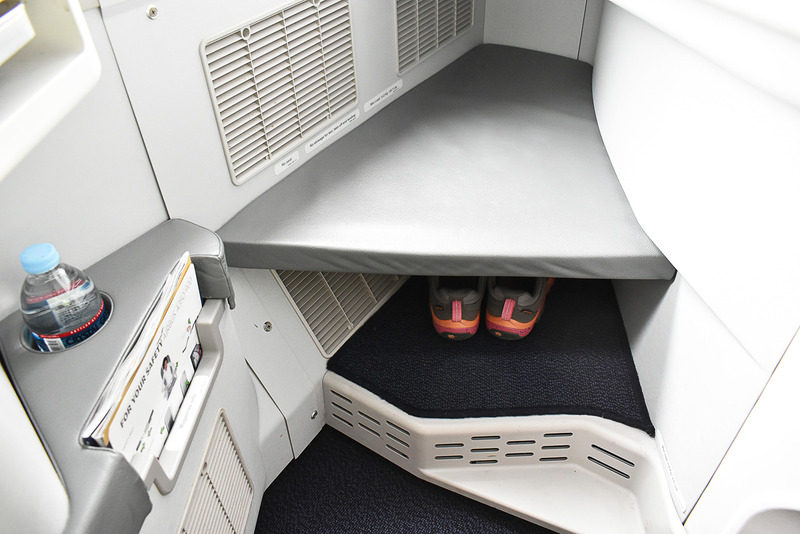 ここに足を投げ出せます。下は靴や荷物などの置き場