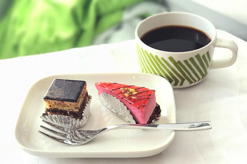 デザートはプティフール(小さなケーキ)をいただくことに
