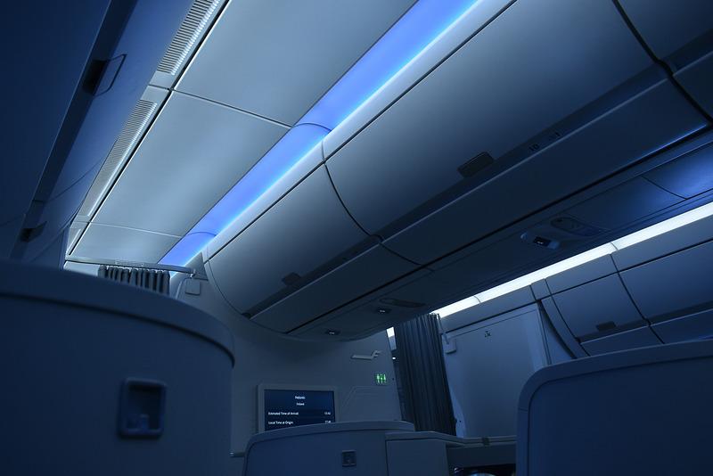 A350機は天井のLED照明が時間帯で変わるのが特徴
