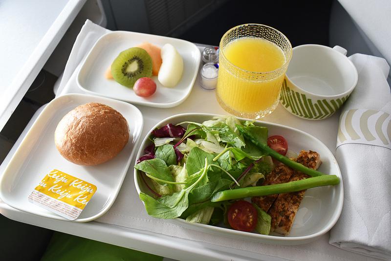 2回目の機内食はハーブチキンのサラダをチョイス