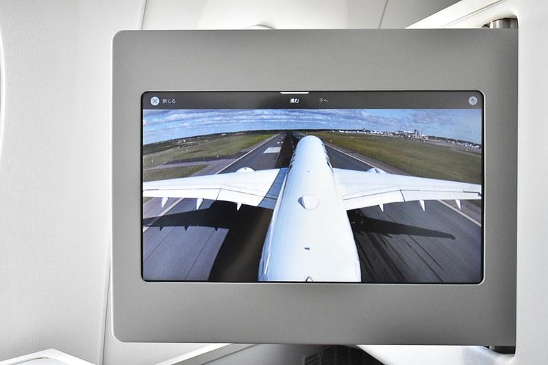 機体に搭載されたカメラからの前方映像を見ながら着陸