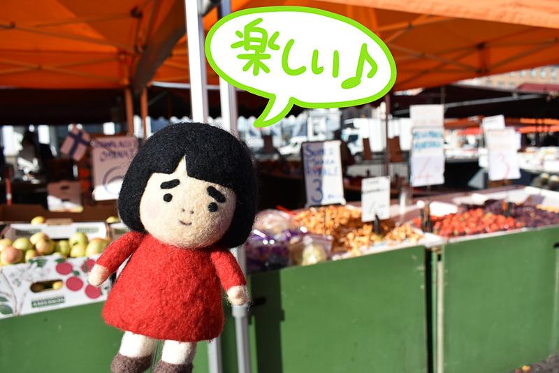雑貨や果物など、色々なものを売る青空市場です